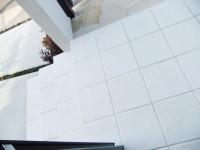 白い玄関タイル